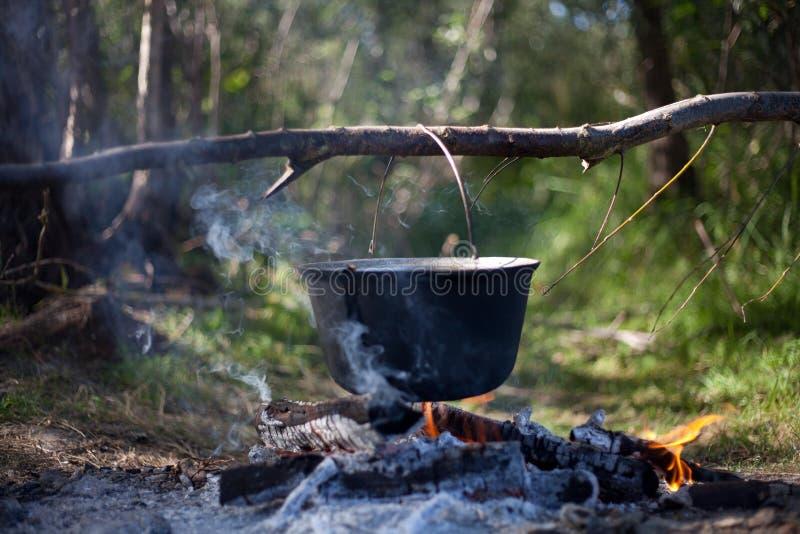 Topf auf einem Feuer lizenzfreie stockfotografie