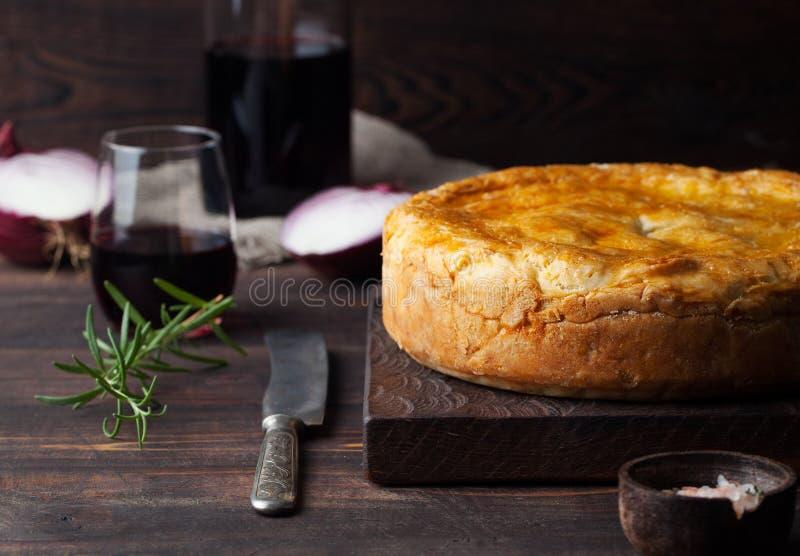 Topf-Fleisch-Torte mit hölzernem Hintergrund des Weins stockfoto