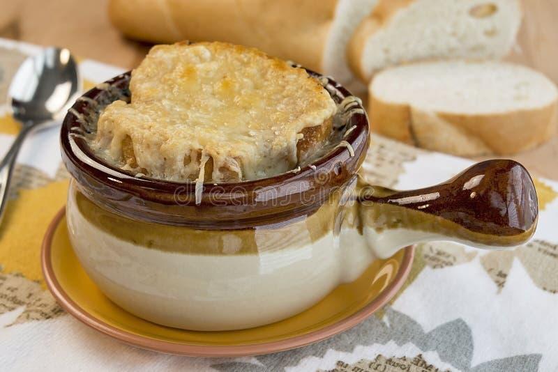 Topf französische Zwiebelsuppe stockbild