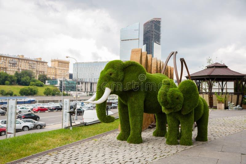 Topiaire des éléphants au centre international d'affaires de Moscou photos stock