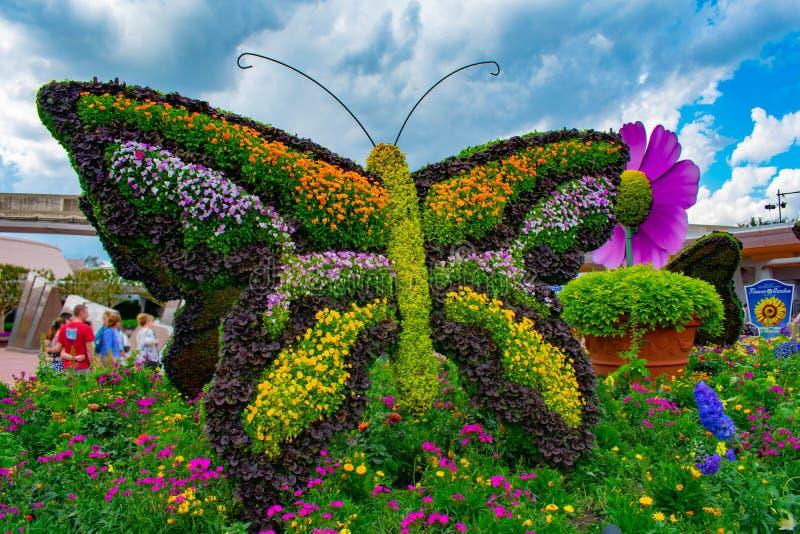 Topiarie бабочки на lightblue предпосылке облачного неба на Epcot в мире Уолт Дисней стоковое изображение rf