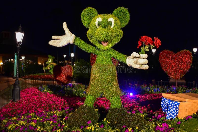 Topiarie Mickey на романтичном dayEpcot пикника в мире Уолт Дисней стоковая фотография rf