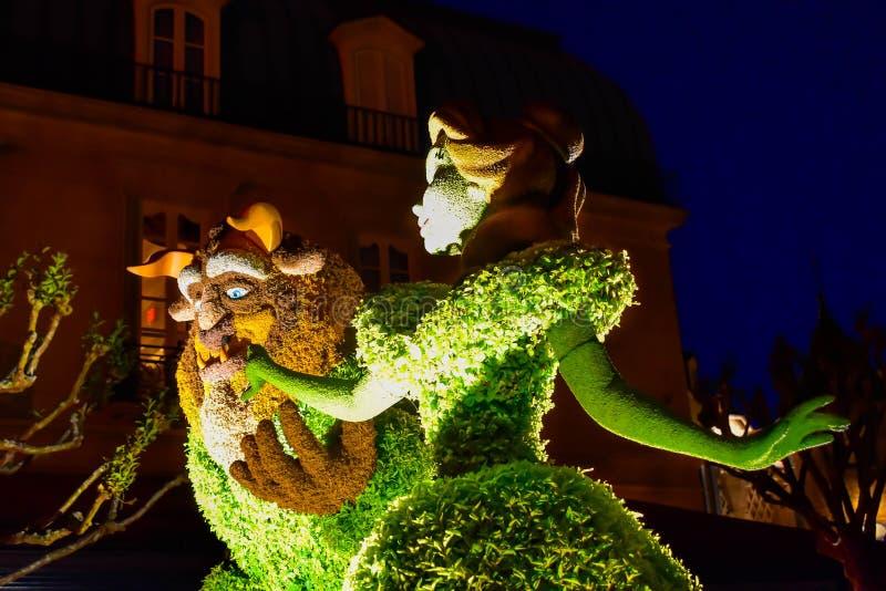 Topiaries красоты и зверя на предпосылке ночи в павильоне Франции на Epcot в мире 1 Уолт Дисней стоковые фотографии rf