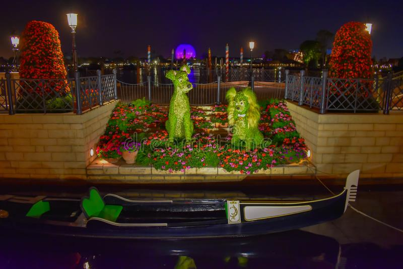 Topiaries de Bernard y de Bianca en el pabell?n de Italia en Epcot en Walt Disney World 1 imagen de archivo libre de regalías
