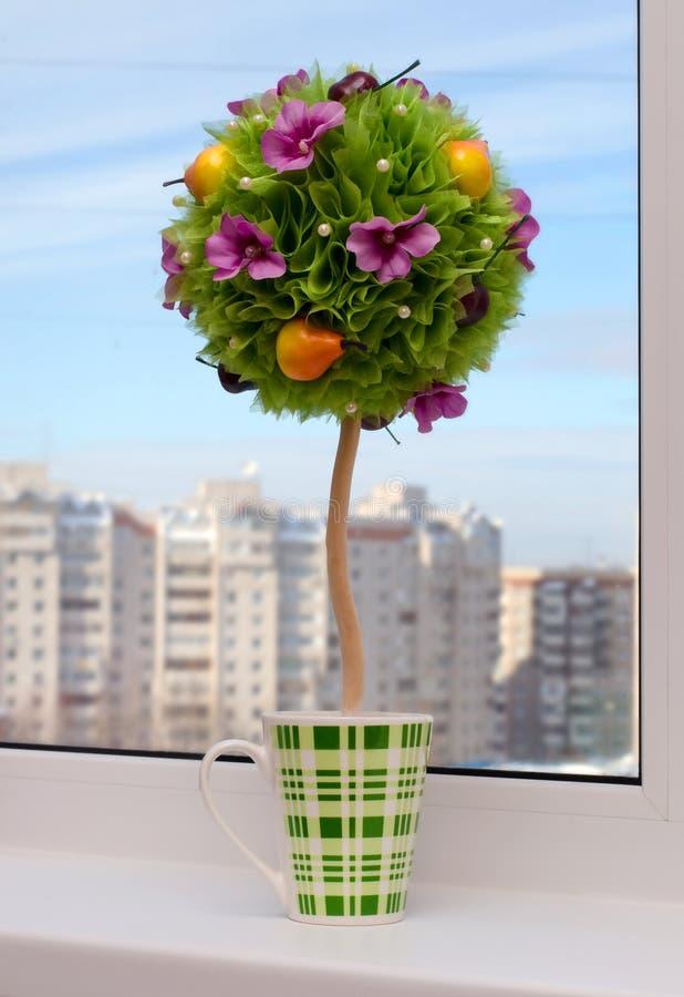 Topiary artificial Hecho a mano - flores con la fruta En la ventana foto de archivo libre de regalías