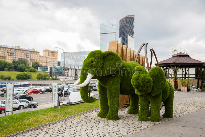 Topiary de elefantes en centro de negocios del International de Moscú fotos de archivo