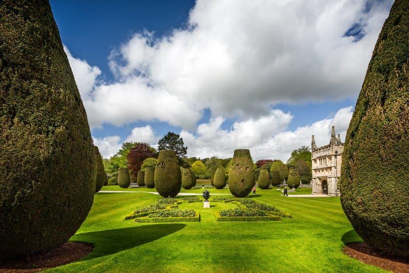Topiary magnífico y jardín formal delante de la casa de campo de Lanhydrock en Cornualles, Inglaterra fotos de archivo libres de regalías