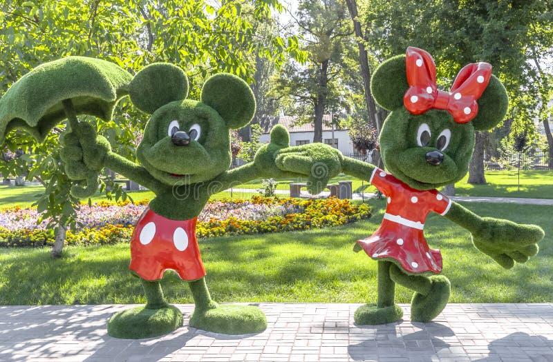 Topiary plástico en un parque del verano de la ciudad en Ucrania Figuras de caracteres de las historietas de los niños Ajardinar  imagen de archivo libre de regalías
