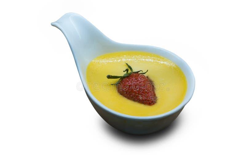 toping与在白色背景的草莓孤立的焦糖奶油与裁减路线 库存照片