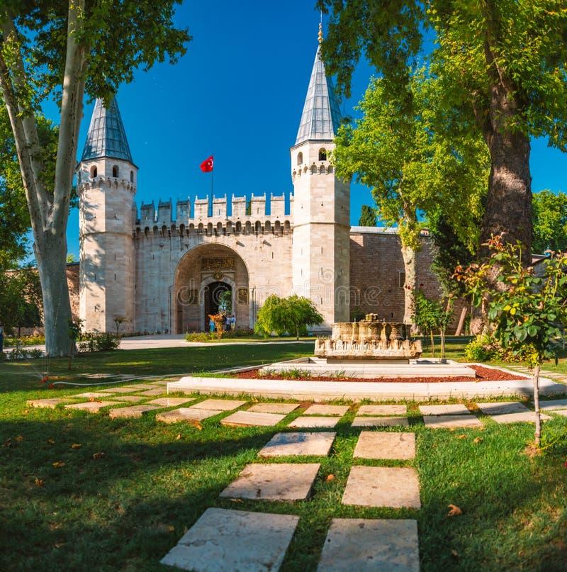 Topkapi-Palasttortürme und -wand in Istanbul lizenzfreies stockfoto