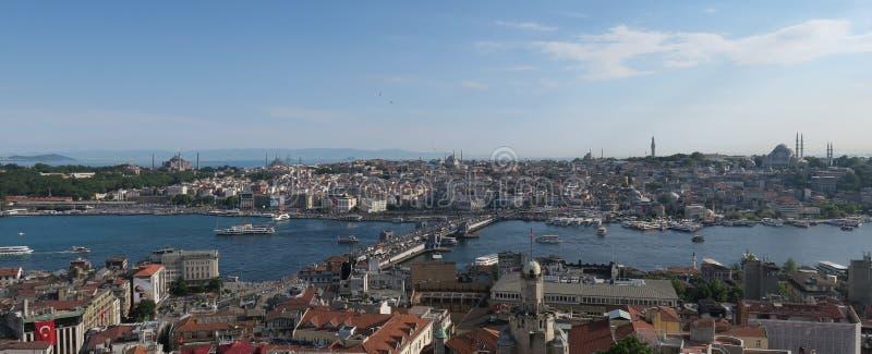 Topkapi slott, Hagia Sophia, blå moské och det guld- hornet, som sett från Galata i Istanbul, Turkiet royaltyfria bilder