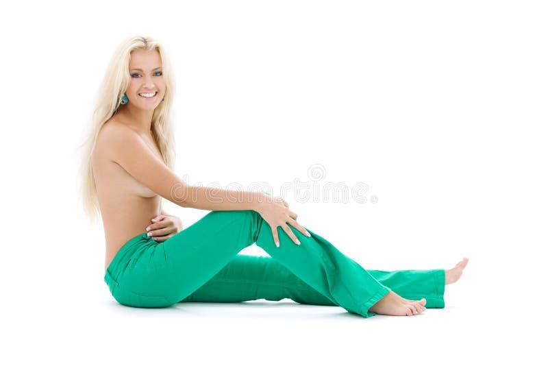 topless blond grön jeans royaltyfri fotografi