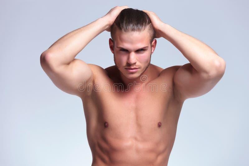 Topless ung man med händer i hår royaltyfria bilder