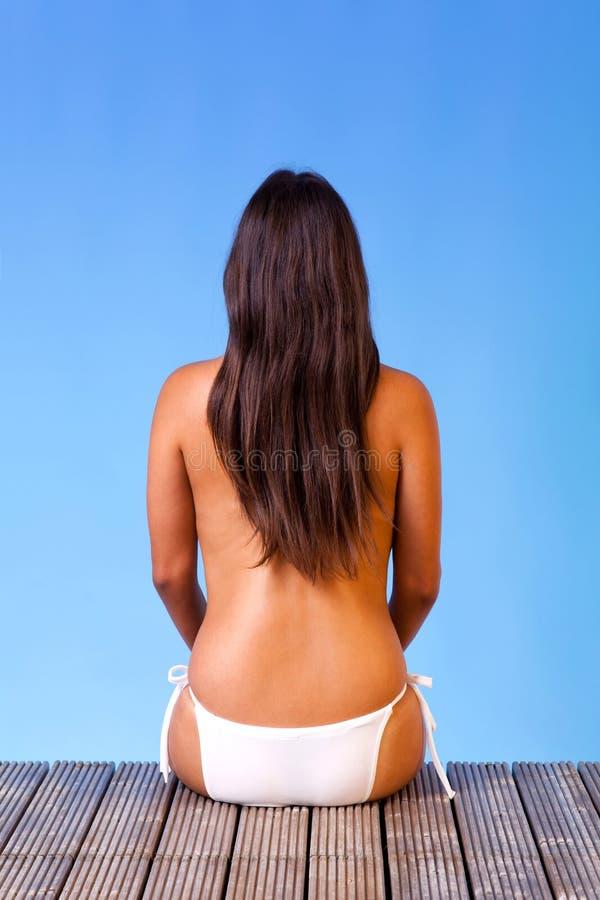 Toplesse Frau im weißen Bikini   stockbild