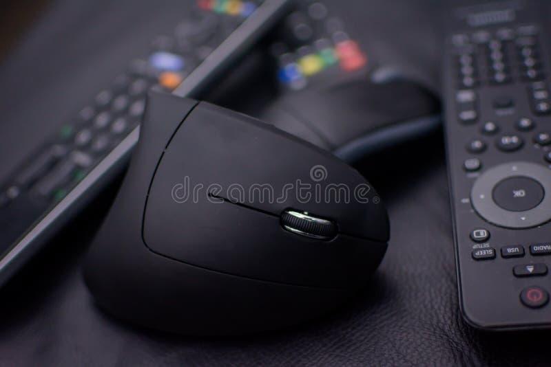 Topo di Opticicon senza cavi e telecomandi su un fondo nero e con una leggera sfuocatura Icona di obsolescenza programmata immagini stock libere da diritti