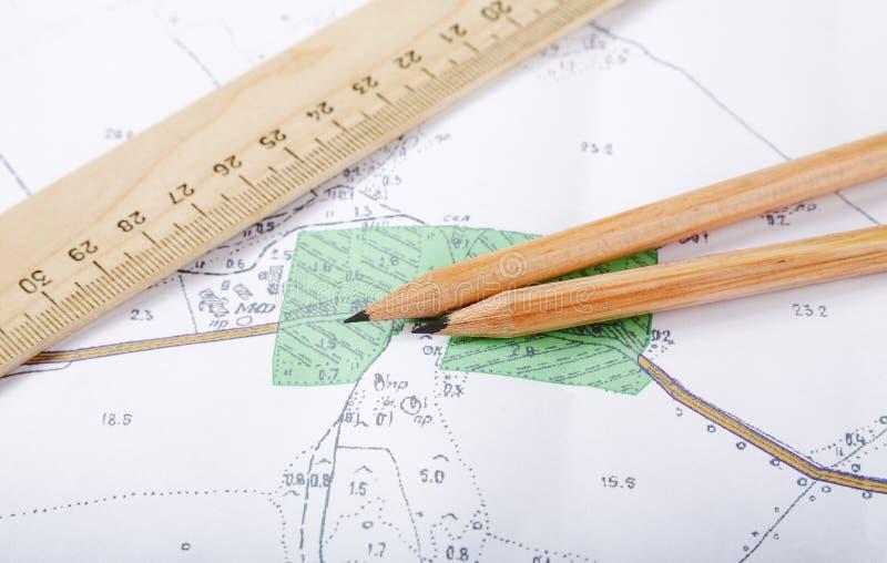 Topografische kaart en potloden stock foto's
