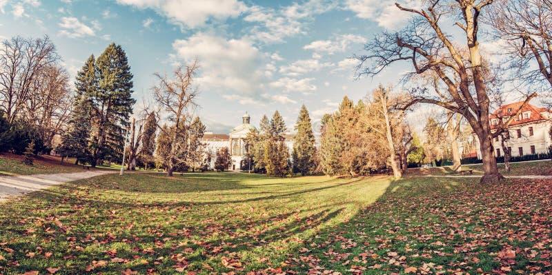 Topolcianky-Schloss mit Park im Herbst, Slowakei stockfotos