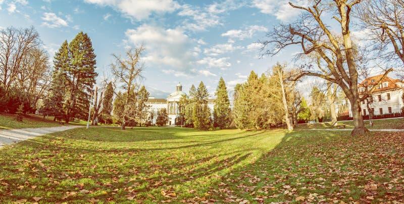 Topolcianky-Schloss mit Park im Herbst, Slowakei stockfoto