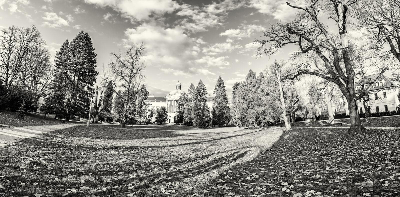 Topolcianky-Schloss mit Park im Herbst, Slowakei, farblos stockbilder
