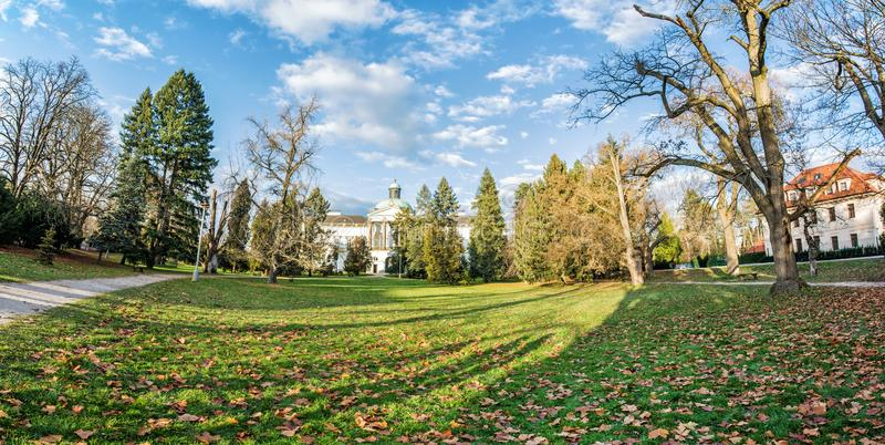 Topolcianky-Schloss mit Park im Herbst, Slowakei, panoramisches phot stockfotos
