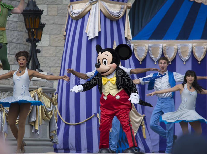 Topolino con i ballerini di pancia al mondo di Disney immagine stock