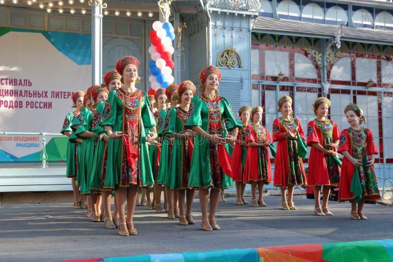 Topotukha folkdanshelhet i ryska traditionella kläder Pyatigorsk Ryssland fotografering för bildbyråer