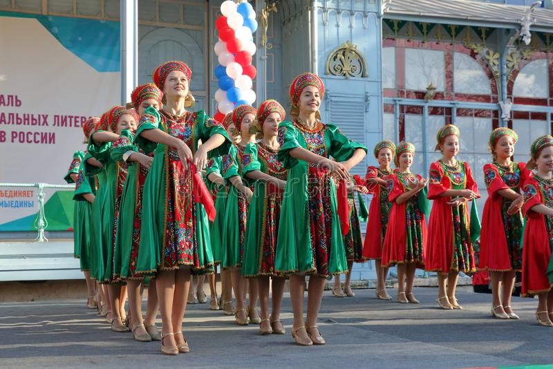 Topotukha folkdanshelhet i ryska traditionella kläder Pyatigorsk Ryssland arkivbilder