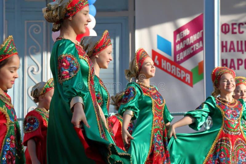 Topotukha folkdanshelhet i ryska traditionella kläder Pyatigorsk Ryssland royaltyfria bilder