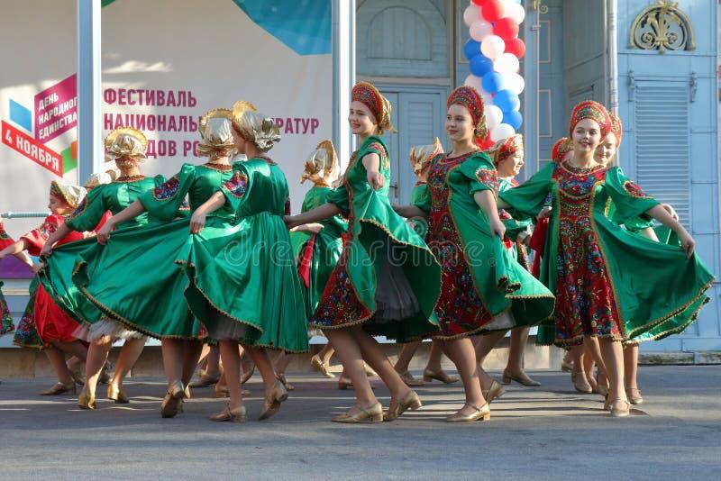 Topotukha folkdanshelhet i ryska traditionella kläder Pyatigorsk Ryssland arkivbild