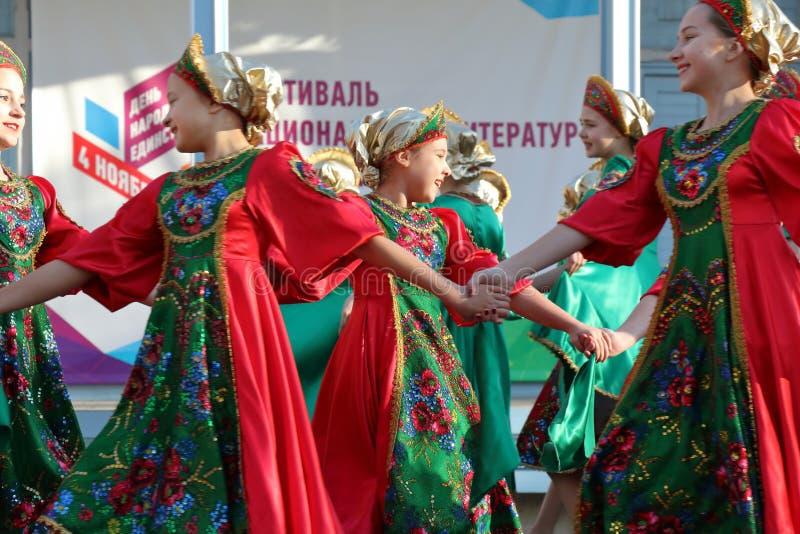 Topotukha folkdanshelhet i ryska traditionella kläder Pyatigorsk Ryssland royaltyfri bild