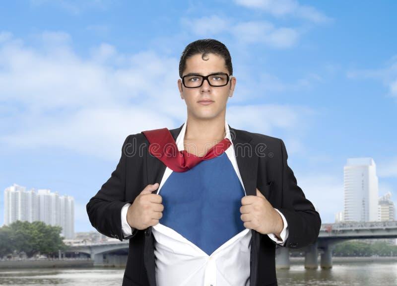 Toppen hjälte som river av hans skjorta med kopieringsutrymme royaltyfri fotografi