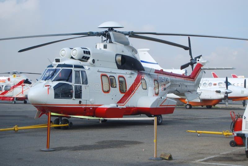Toppen kuguar L2 som för angolansk helikopter får klar för flyget till den frånlands- oljefältet royaltyfri foto