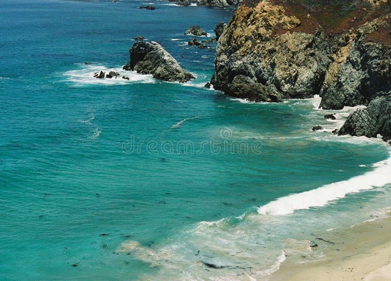 Toppen ojämn stenig stor kustlinje för hav Sur Kalifornien för blå gräsplan arkivbild