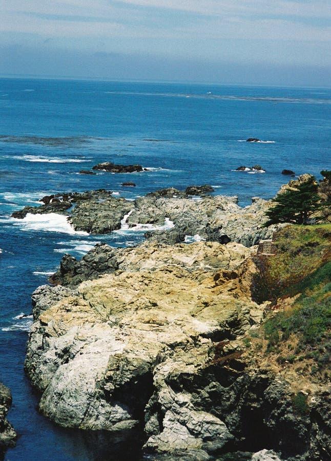 Toppen ojämn stenig stor Sur Kalifornien havkustlinje fotografering för bildbyråer