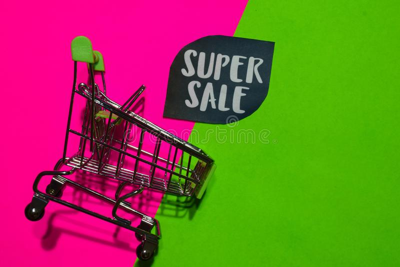 Toppen Sale text och shoppa vagn Rabatt- och befordranaffärsidé på färgrik bakgrund royaltyfri fotografi