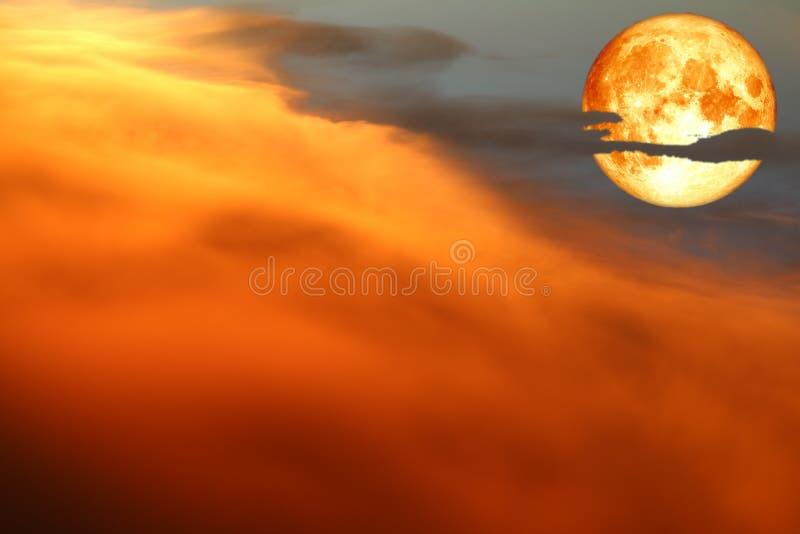 toppen snöblodmåne och färgrik flammamolnhimmel fotografering för bildbyråer