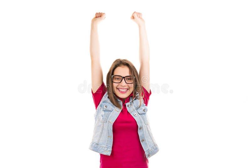 Toppen upphetsad kvinna i exponeringsglas som rymmer handnävar som firar upp framgång som känner sig lycklig fotografering för bildbyråer