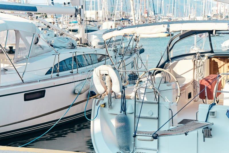 Toppen yacht Lyx seglar i porten royaltyfria bilder
