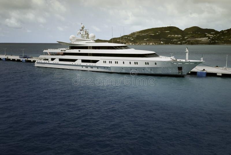 Toppen yacht som förtöjas på helgonet Maarten royaltyfria bilder