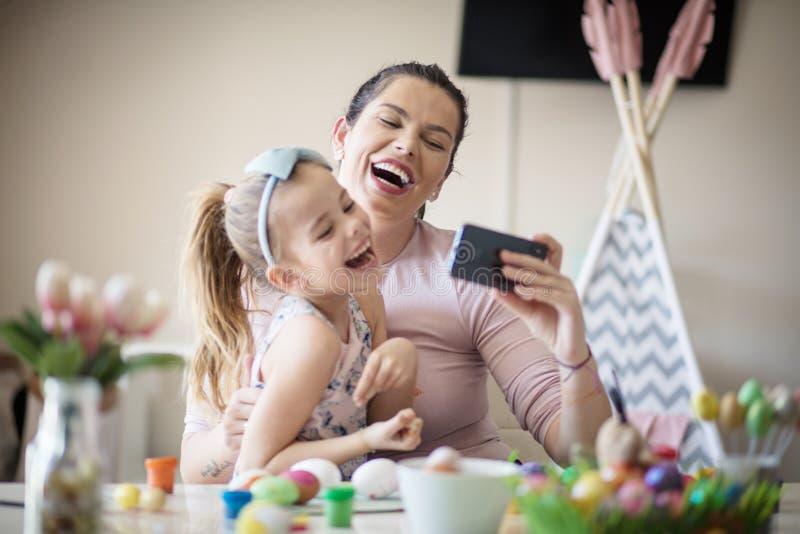 Toppet lyckligt att spendera tid med mamman arkivbild