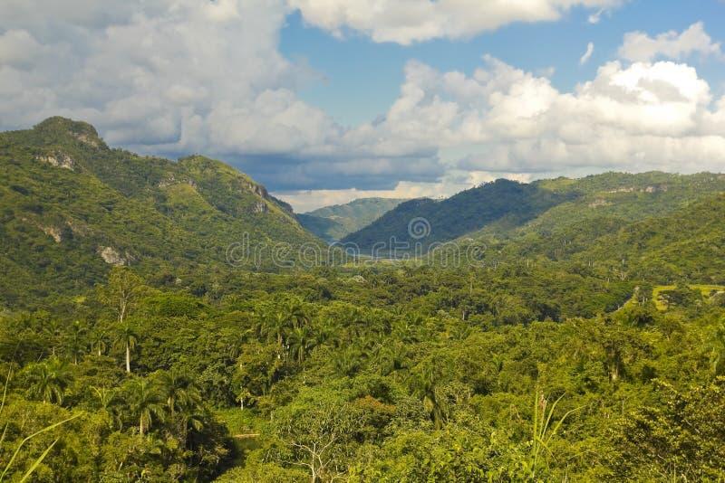 Toppig bergskedja av Escambray royaltyfria foton