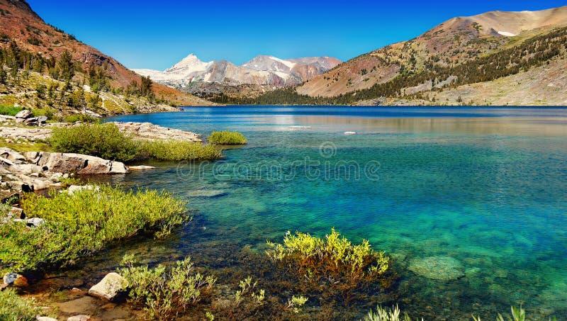 Toppig bergskedja Nevada Mountains Lake, Kalifornien arkivfoto