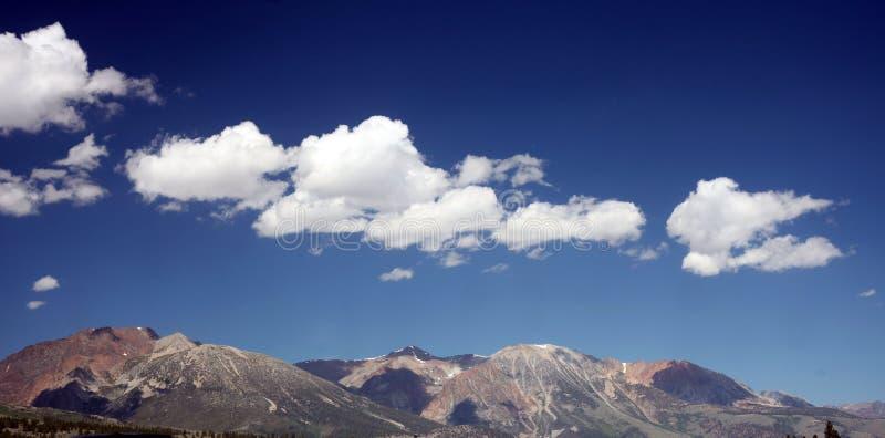 Toppig bergskedja Nevada Mountains utanför den Yosemite nationalparken royaltyfri foto