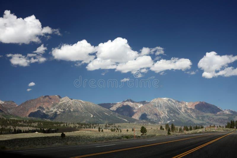 Toppig bergskedja Nevada Mountains utanför den Yosemite nationalparken royaltyfri fotografi