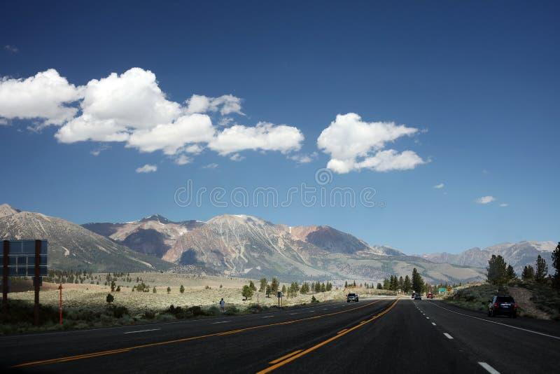 Toppig bergskedja Nevada Mountains utanför den Yosemite nationalparken royaltyfria bilder