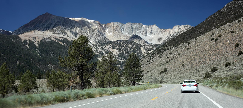 Toppig bergskedja Nevada Mountains utanför den Yosemite nationalparken arkivfoton