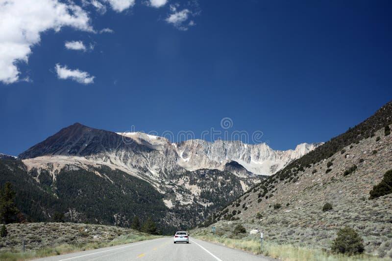 Toppig bergskedja Nevada Mountains utanför den Yosemite nationalparken arkivbild