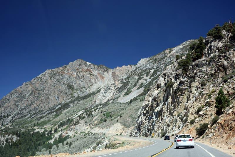 Toppig bergskedja Nevada Mountains utanför den Yosemite nationalparken royaltyfria foton