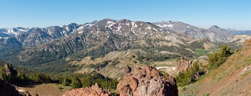 Toppig bergskedja Nevada Panorama på Sonorapasserandet royaltyfri foto