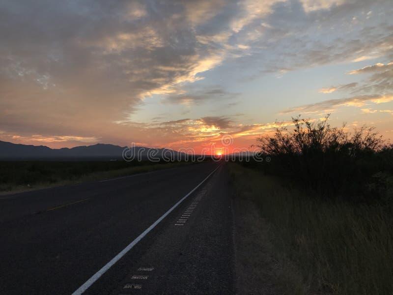 Toppig bergskedja utsiktArizona solnedgång arkivbilder